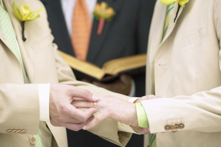 Знакомство геев обернулось кражей (видео). Символический брак французских геев
