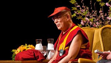Le dalaï-lama montre un chemin à plus de 16000 personnes avides de vérité, de sagesse et de bonté